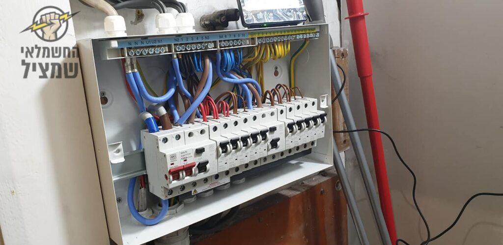 החלפת פקק(מאמת) בארון חשמל בדירה
