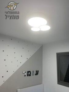 גוף תאורה מודרני צמוד תקרה מותקן בחדר ילדים