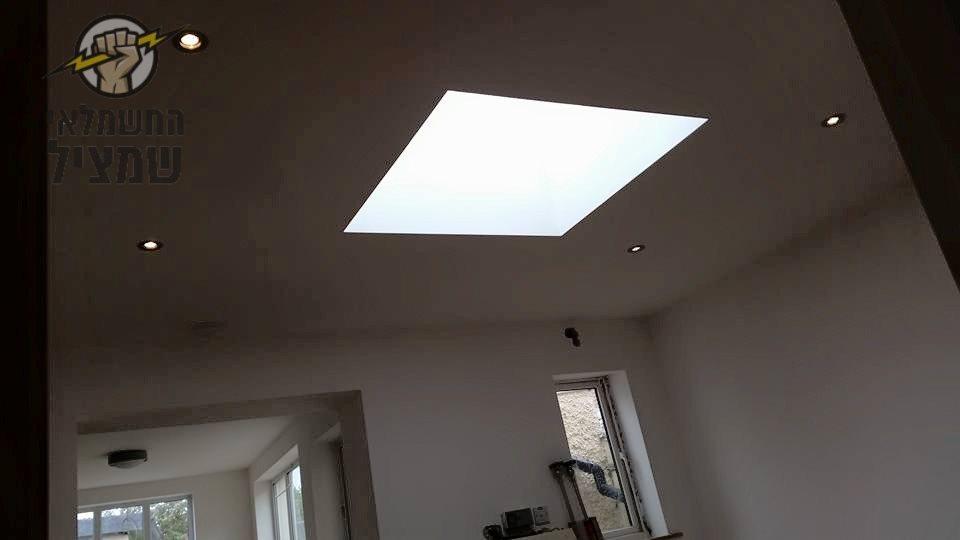 התקנת מנורת לד צמודת תקרה בדירה