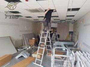 החלפת חוטי חשמל ישנים במשרד עם תקרה אקוסטית