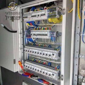 החלפת של לוח חשמל גדול בבית ספר במרכז הארץ