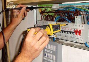 חשמלאי מורשה מבצע בדיקת הארקה בלוח אחרי תלונות על בעיות התחשמלות בבית