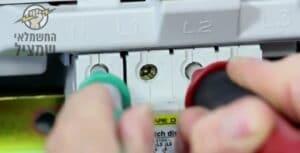 """בדיקת מאמ""""תים בלוח לזיהוי פקקים שהתקלקלו אחרי קצר חשמלי"""