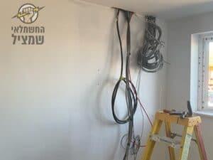 חשמלאי מוסמך בביצוע השחלות חוטי חשמל ורשת בדירה בשיפוץ