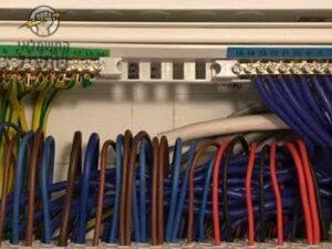 סידור חוטי החשמל בארון להכנת החיבור לחברת חשמל