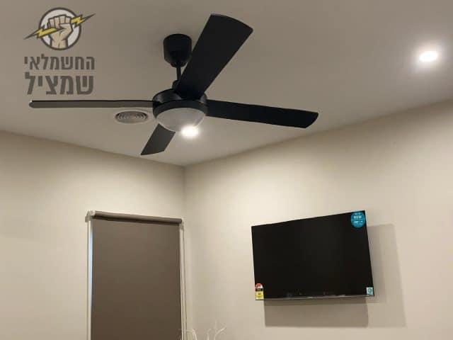 מאוורר תקרה בצבע שחור מותקן בחדר שינה גדול