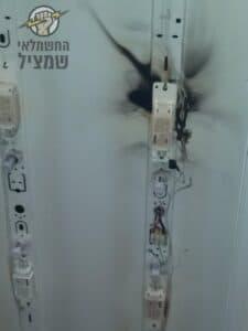 תקלה בחשמל בדירה גרמה לשריפת גוף תאורה