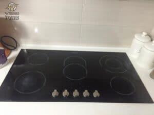 כיריים אינדוקציה מותקנות במטבח עם שקע תלת פאזי