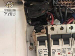 שריפת חוטים בלוח חשמל אחרי קצר באחד הפקקים