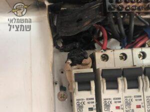 שריפה בלוח חשמל אחרי צריכת יתר של חשמל בלוח ללא תלת פאזי