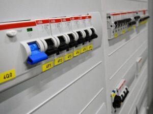 לוח חשמלי עם תלת פאזי אחרי שדרוג מחד פאזי