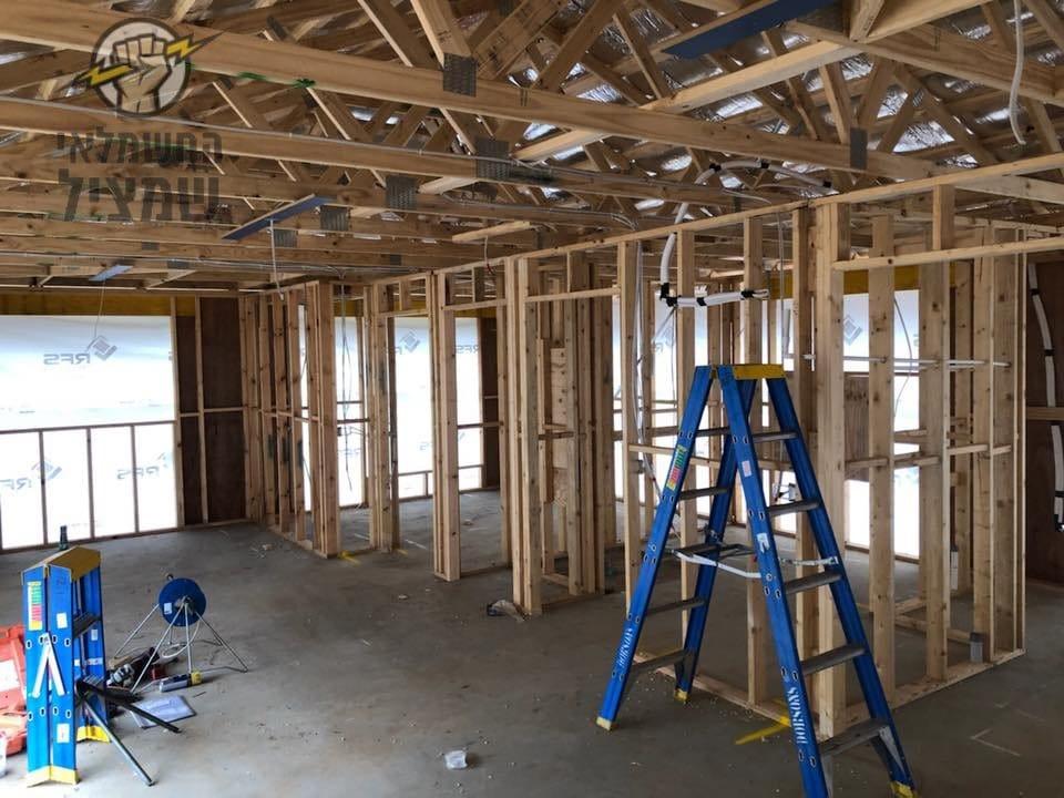 חשמלאים ברמת השרון בהתקנת תשתית חשמל במבנה מעץ בבניה.