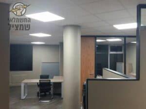 חשמלאי מתקין תאורות לד במשרד בתל אביב