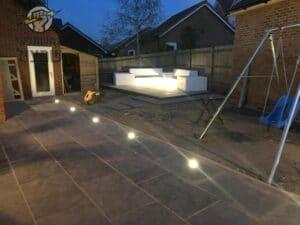 תאורת גינה בשביל ופינת ישיבה בחצר של וילה