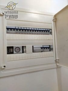 חשמלאי מבצע תיקון קצר בלוח חשמל בדירה קומה רביעית בשכונת רמת בן צבי בנס ציונה