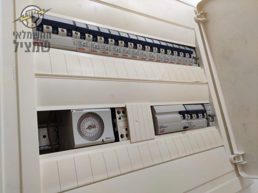 החלפת לוח חשמל בדירה בשכונת תל גיבורים בחולון כולל התקנת שעון שבת בלוח לתאורה