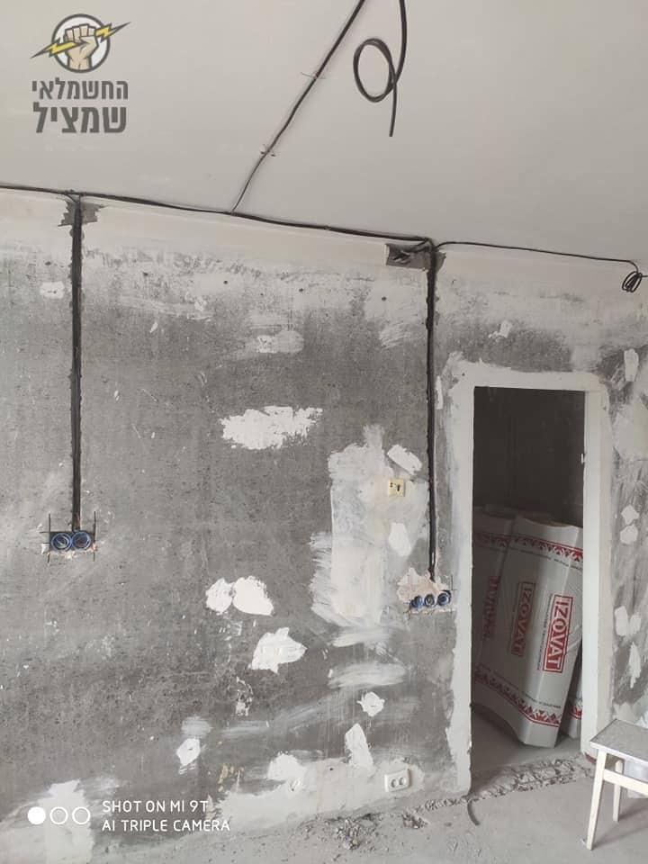הכנת נקודות חשמל בקיר חדש אחרי בניה בבית בשכונת קרית גנים ברעננה