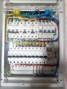 החלפת לוח חשמל בבית פרטי בשכונת גינות סביון ברחובות על ידי חשמלאי עם רישיון בתוקף