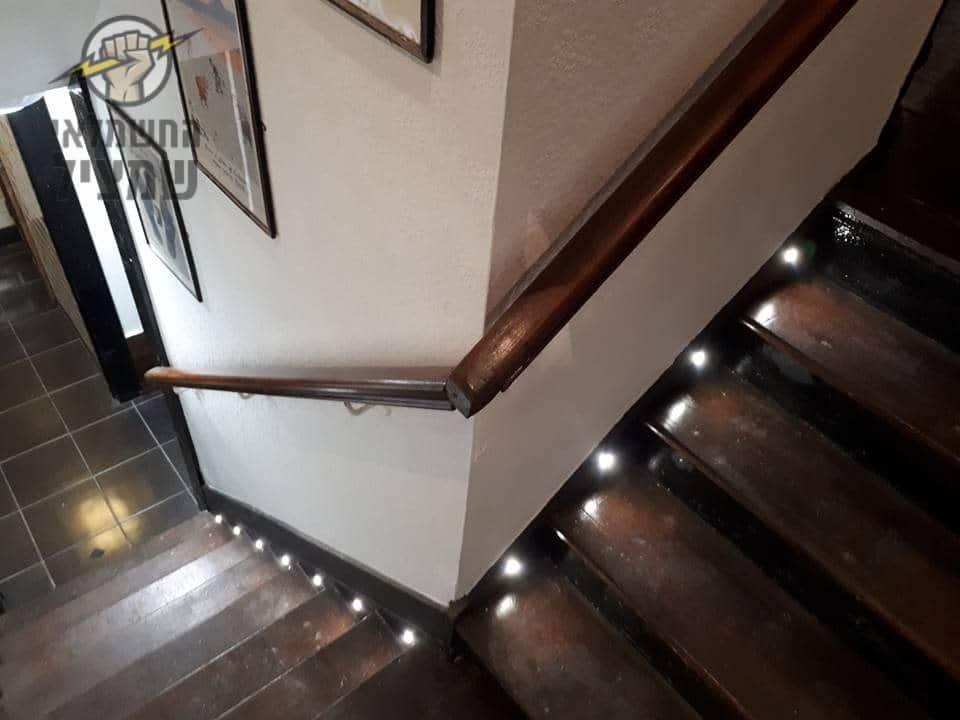תאורה למדרגות פנים בדירה עם ספוטים על כל מדרגה