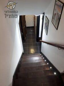 תאורת לדים למדרגות לירידה למרתף בבית פרטי