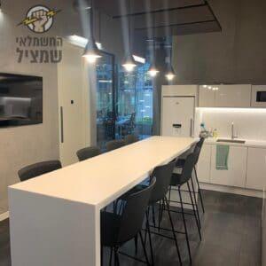 התקנת גופי תאורה מעוצבים במטבח בדירה בהרצליה בשכונת נווה עובד