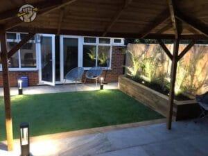 תאורת גינה בשילוב עם דשא סינטטי וריצוף