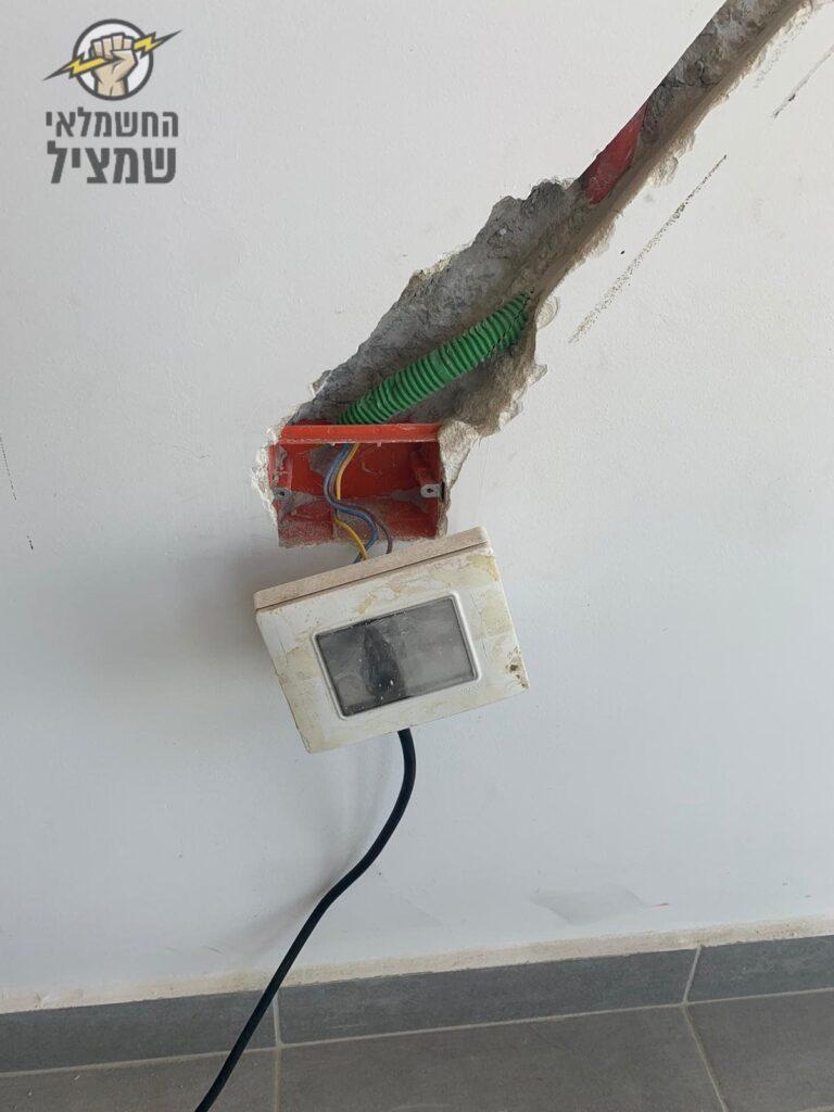 הזזת נקודת חשמל כולל חציבה מלמטה למעלה באלכסון לצורך חשמל לתריס חשמלי