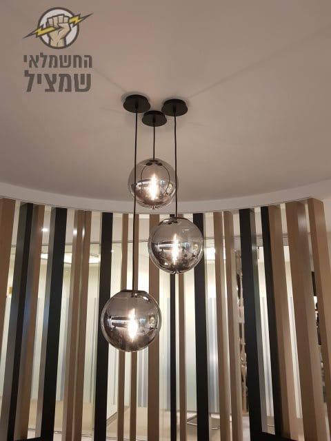 התקנת תאורה נופלת בסלון בבית בנס ציונה על ידי חשמלאי מקצועי