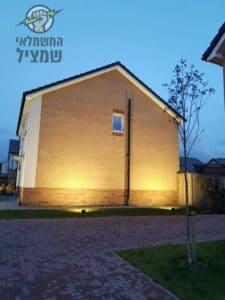תאורת חוץ לחצר כולל זריקת אורות על הקיר החיצוני של הבית