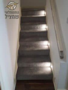 התקנת תאורה למדרך של מדרגות עם שטיח