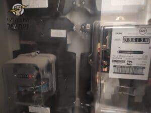 בדיקת מונה חשמל בדירה בבניין אחרי תלונות על חיוב על צריכת ייתר