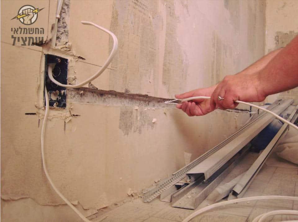 חציבה בקיר להקמת נקודה חדשה בקיר