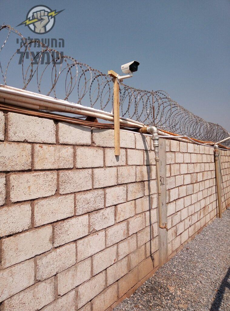 מצלמת אבטחה מותקנת על חומה להגנה מפריצות וגניבות