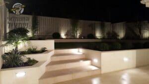 עיצוב תאורת חוץ בגינה מסביב וגם במדרגות