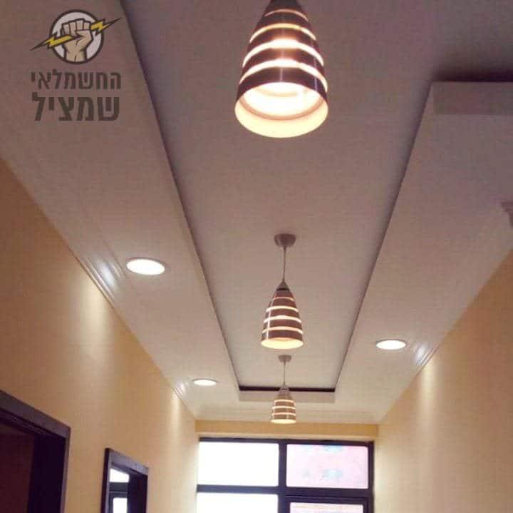 התקנת מנורות תלויות במסדרון במשרד