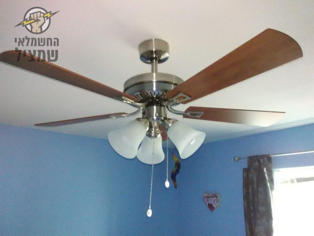 התקנת מאוורר תקרה על ידי חשמלאי מוסמך בדירה במרכז הארץ
