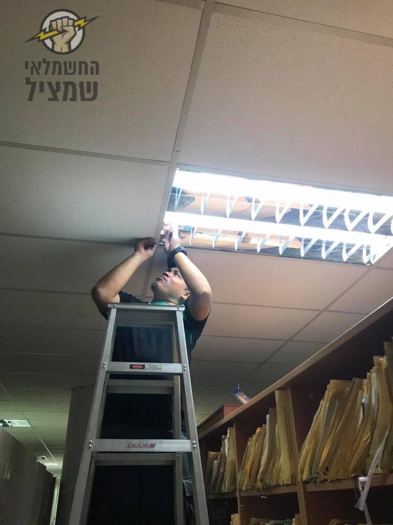 חשמלאי מרמלה מתקין תאורה בתקרה אקוסטית במשרד