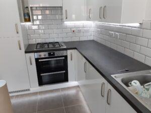 חשמלאי במודיעין מתקין תאורת לדים במטבח לעיצוב מושלם