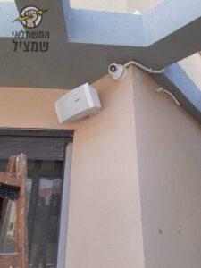 מצלמת אבטחה מותקנת בכניסה לבית כנסת בפינה מתחת לקורה של פרגולה מבטון. צילום: שי מערכות