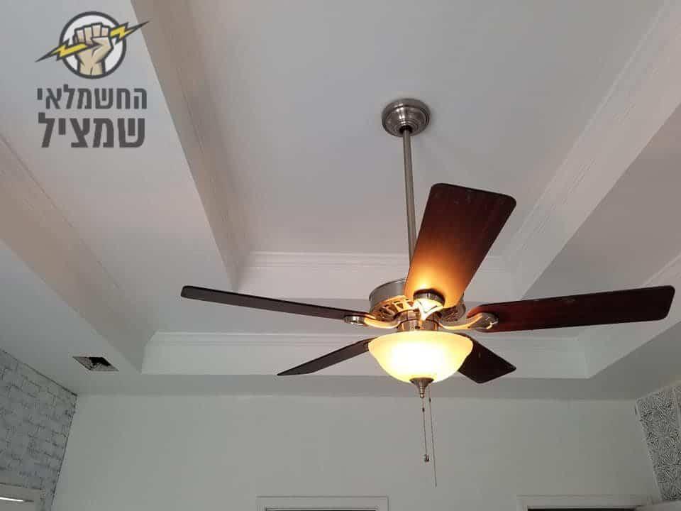 חשמלאי באלעד מתקין מאוורר תקרה במטבח בדירת גן
