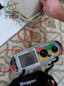 חשמלאי מוסמך מבצע בדיקת חשמל ובדיקת הארקה בדירה בגבעת שמואל