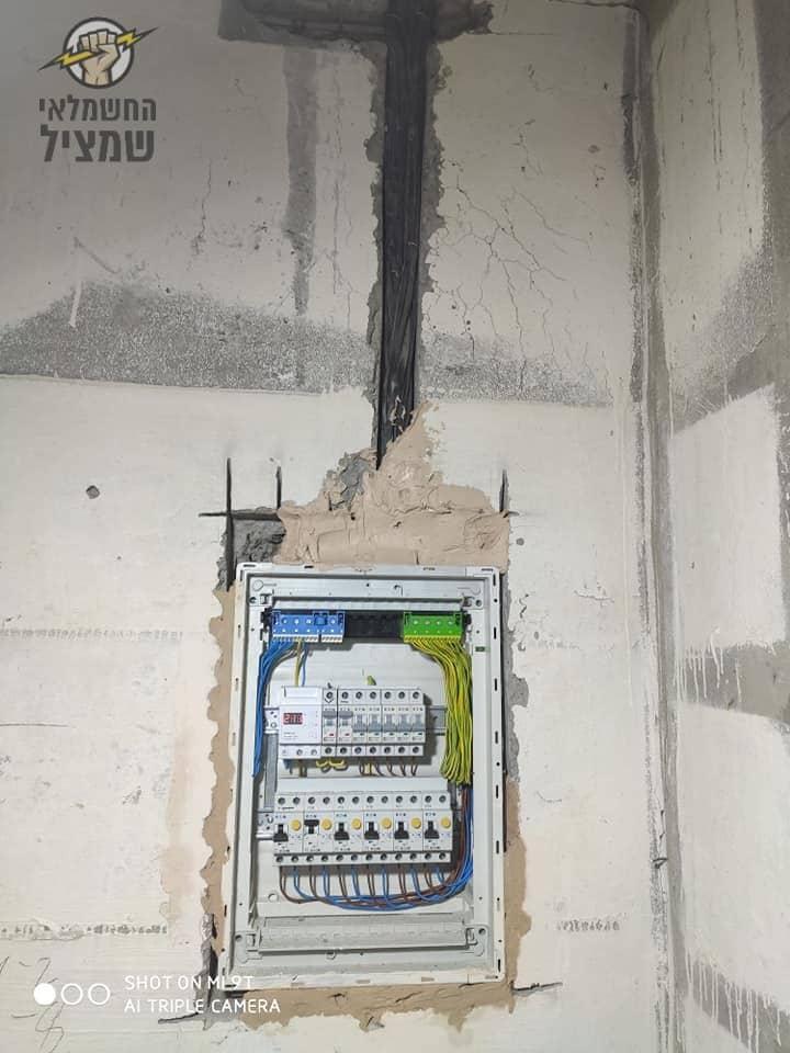 חשמלאי בגן יבנה מתקין לוח חשמל חדש ביחידת דיור אחרי בניה