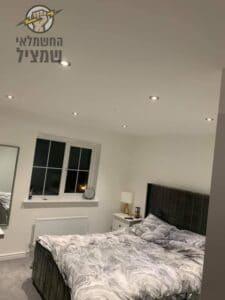 התקנת גופי תאורה וספוטים בחדרי שינה בדירת 4 חדרים בשכונת קרית היובל בירושלים