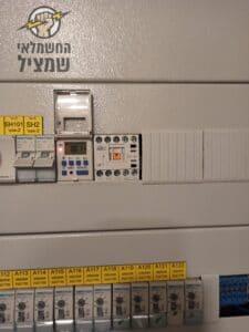 התקנת מונה חשמל דיגיטלי בדירה מחולקת בהוד השרון על ידי חשמלאי מורשה
