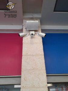 התקנת מצלמות אבטחה בשורה של חנויות במרכז מסחרי בירושלים