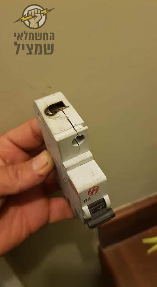 חשמלאי בבית שמש מבצע תיקון חירום בלילה לשריפה בלוח חשמל כולל החלפת מספקים שנפגעו