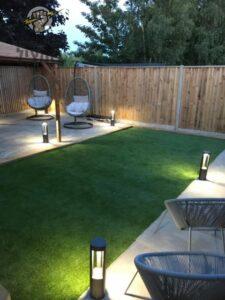 תאורת עמודים קטנים דקורטיבית לגינה בבית פרטי
