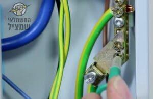 בודק חשמל מבצע בדיקת הארקה ובדיקה כללית בלוח בעסק לאישור חשמל לכבאות